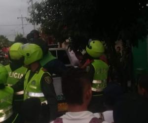Policías intentando controlar la situación de orden público.