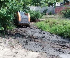 Retiro de sedimento que dejaron los aguaceros de días pasados.