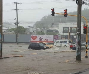 Varias vías de la ciudad colapsaron por el agua.