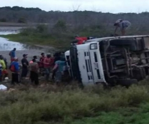 El camión quedó a un costado de la vía.