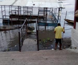 Hundimiento del Puerto Fluvial o boya azul de la localidad, la cual colapsó.