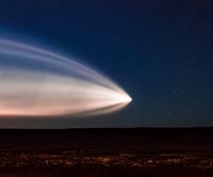 Un misterioso fenómeno que dejó una resplandeciente estela en el cielo nocturno fue grabado esta semana.