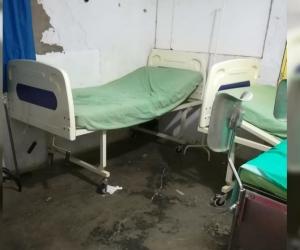Pésimo estado de las camillas, paredes, pisos y el lugar donde son atendidos los pacientes.