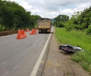 El cantante chocó contra una volqueta a la que trató de sobrepasar en la carretera y quedó atrapado bajo la llanta trasera del vehículo.