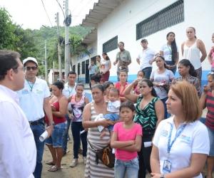El alcalde Rafael Martínez lideró la inspección de varias casas y lotes de la zona.