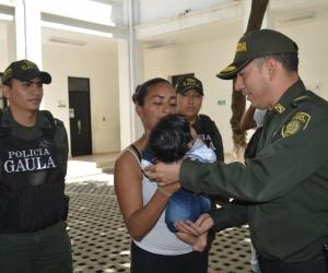 Momentos en que el menor era devuelto a los brazos de su madre.