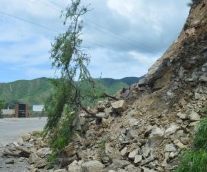 Retroexcavadoras trabajaron en la vía a Taganga para recuperar el tránsito vial.