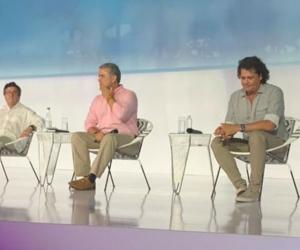 El presidente Iván Duque (centro), abrió el foro con el presidente del BID (izq) y el cantante Carlos Vives (der).