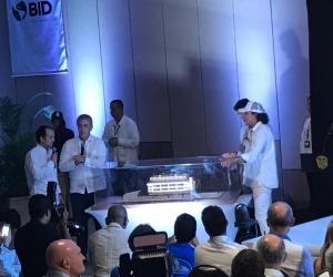 El presidente Iván Duque observa la maqueta del multideportivo en Pescaíto.