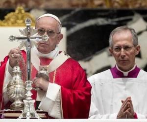El papa Francisco durante misa en honor a los cardenales fallecidos.
