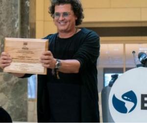 Carlos Vives recibiendo un reconocimiento del Banco Interamericano de Desarrollo