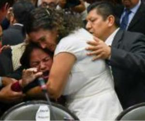 Sus compañeros la rodearon y le dieron apoyo.