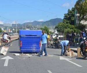 Bloquearon con piedras y contenedores de basura la Troncal del Caribe.