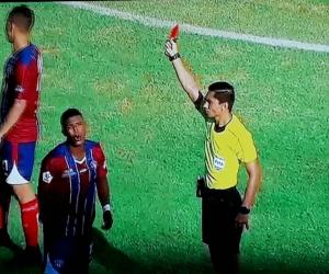 Momento en que el jugador Valencia es expulsado.