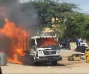 El camión de la Policía fue incinerado.