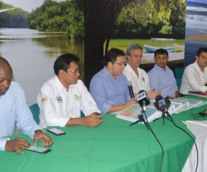 Alcalde Rafael Martínez, entregando el documento del nuevo POT a Corpamag y Dadsa.