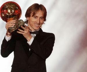 Luka Modric, jugador del Real Madrid, sostiene el balón de oro.