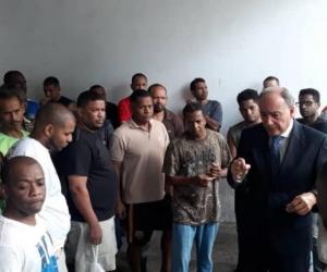 El cónsul colombiano durante una visita a los reclusos.