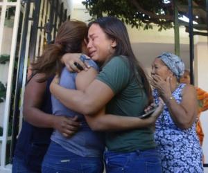 Familiares de las mujeres afectadas por la conflagración.