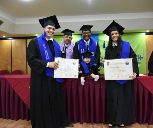 El pequeño Andy Jaramillo acompañó a sus padres a recibir el diploma vestido con toga y birrete.