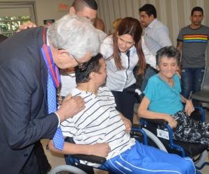Momentos cuando los beneficiarios recibían las sillas de ruedas por parte de la Gobernación y la iglesia.