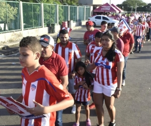 Aficionados del Junior ingresando al estadio Metropolitano.