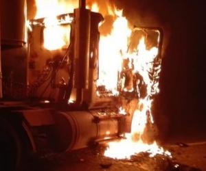Camiones incinerados.