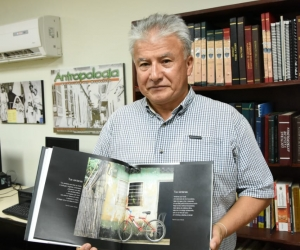 Esta obra que cuenta con 194 páginas, es una recopilación de fotografías de puertas y ventanas, además de cocinas y colgandejos que regularmente se encuentran en las casas del Caribe Colombiano.