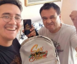 Joven chileno junto a su padre, celebrando el premio.