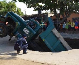 Así quedó el camión cargado con arena.