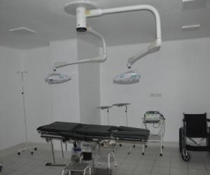 10 especialistas trabajaban en un quirófano que no funcionaba.