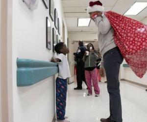 Barack Obama entregando regalos de navidad en hospital de Washington