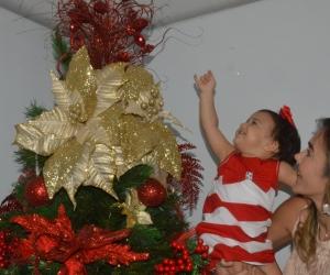 Emma disfruta cada momento de la Navidad