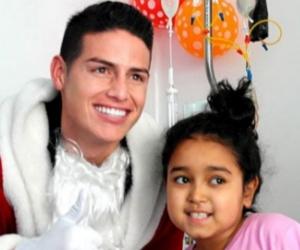 James, vestido de Papá Noel, entregó regalos a menores en una clínica.