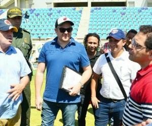 Alcalde Rafael Martínez recibiendo la visita de la Dimayor.