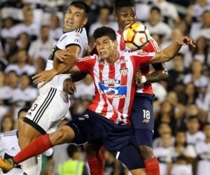 Jorge Arias y Yony González disputan el balón con Juan Patiño.