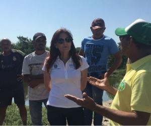 Rosa Cotes comentando el proyecto con la comunidad.