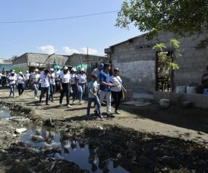 El candidato viajó con una comitiva, para escuchar de cerca las necesidades de la población.