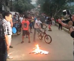 Los manifestantes quemaron banderas del partido político de las Farc.