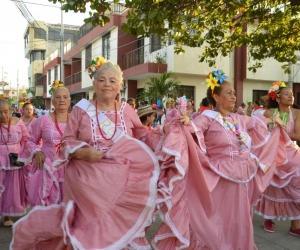 Abuelitas se lucieron durante el trayecto, y alegraron a la comunidad con su baile.