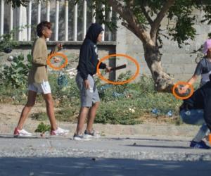 Los menores se tiraban piedras y palos, lo que alteró la tranquilidad de los vecinos.