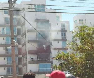 El fuego amenaza con afectar otros apartamentos.