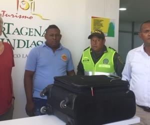 Un taxista ejemplar devolvió una maleta con ropa, documentos, elementos de uso personal, y dos millones de pesos.