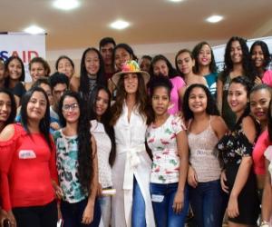 La conductora compartió sus experiencias con los jóvenes del barrio Ciudad Equidad.