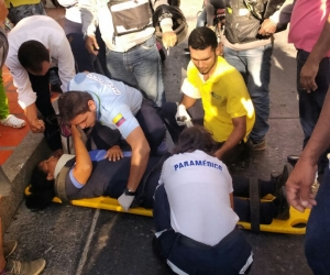 La mujer fue atendida por paramédicos que la trasladaron a un centro médico.