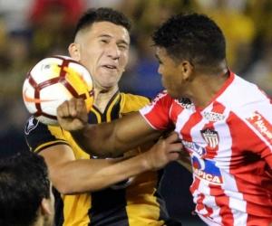El jugador del Guaraní Jorge Morel (i) disputa el balón con Rafael Pérez.