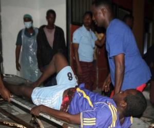 Un hombre herido es trasladado tras la explosión de dos coches bomba en Mogadiscio.