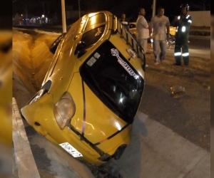 El taxi chocado se fue contra una zanja en la Troncal del Caribe.