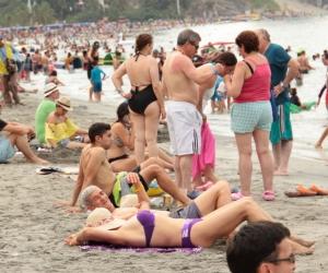 Durante la Semana Santa, las playas de Santa Marta se saturan.