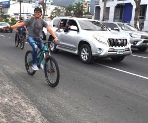 Carlos Vives paseando en bicicleta por las calles de Honduras.